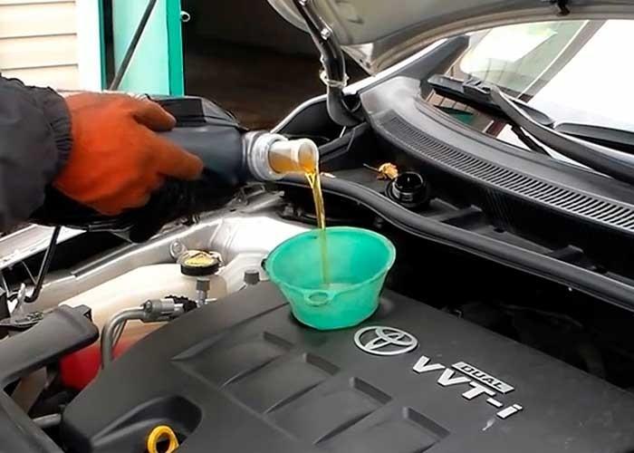Замена масла в двигателе Тойота Королла