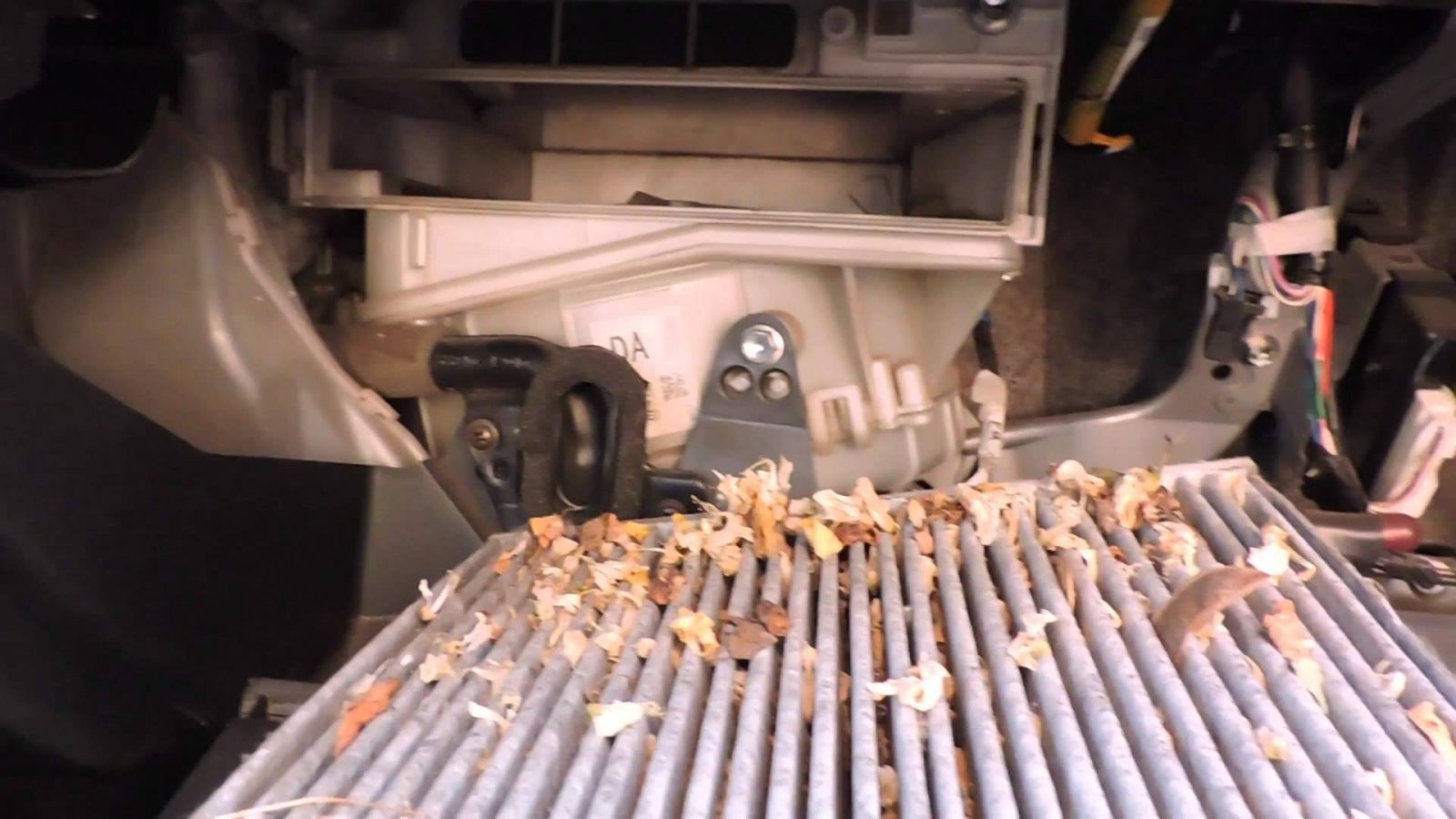 Замена воздушного фильтра на Toyota Rav 4